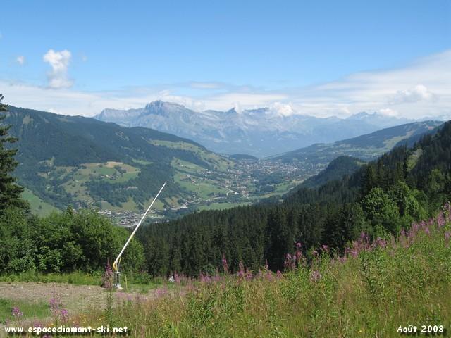 A gauche, vue sur l'immense forêt des Evettes, Megève et l'Aiguille de Varan