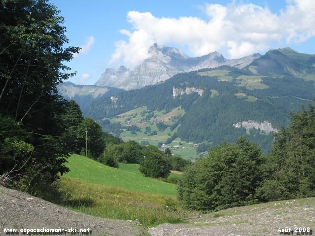 A droite, vue sur le Mont Charvin