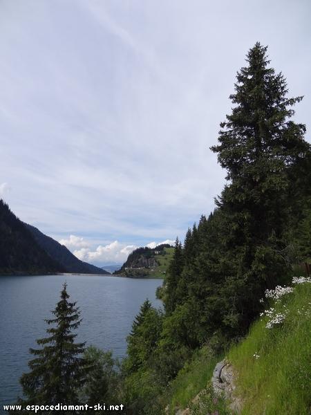 A droite, le lac et le barrage de Saint Guérin au loin