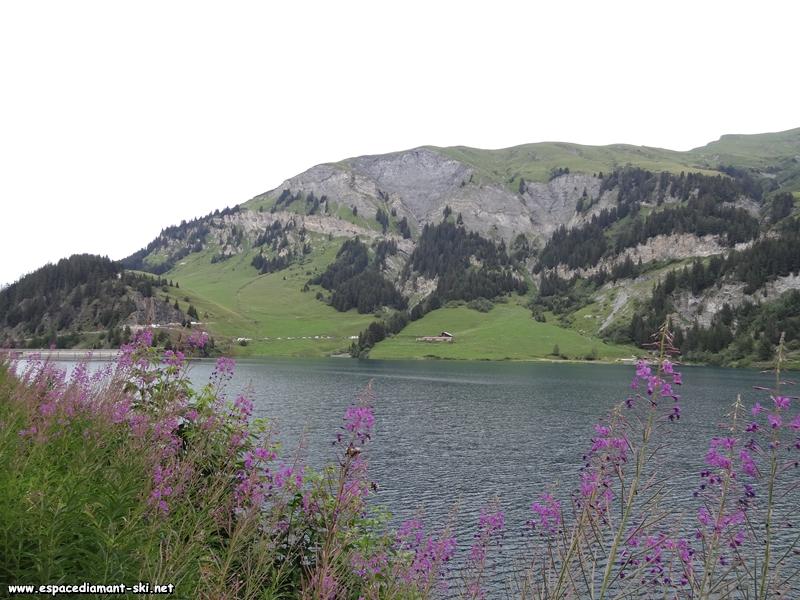 Face à nous, en bordure du lac, le point de départ de notre itinéraire