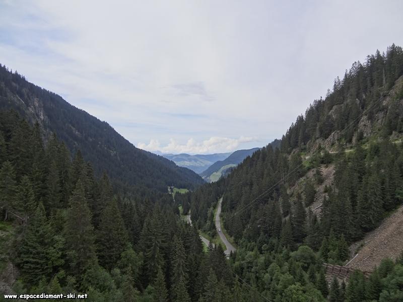 La route menant à Arêches depuis la crête du barrage