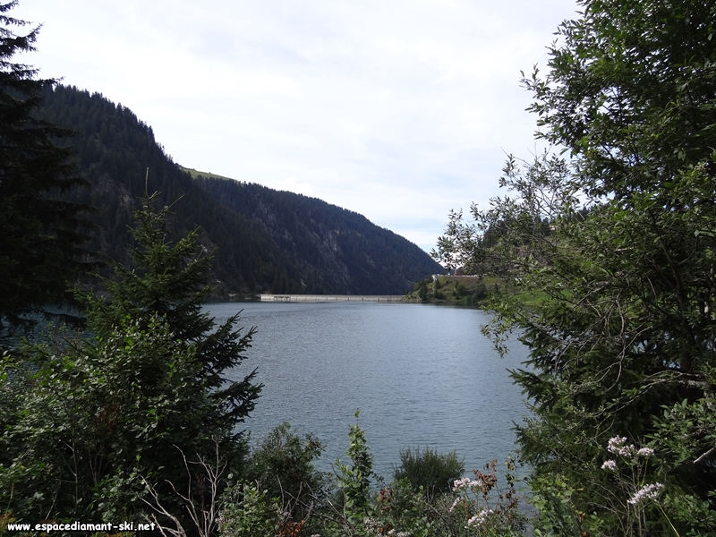 Vue sur le barrage depuis la rive est du lac