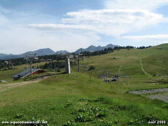 Avec le bas du domaine de Bisanne, le Mont Mirantin et le Grand Mont, en été