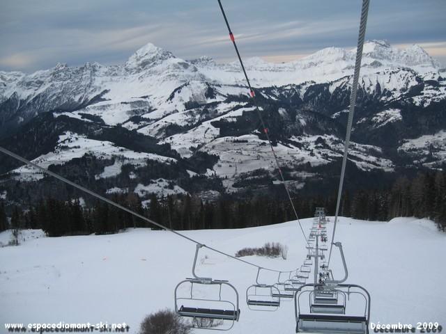 On se retourne : vue sur le Mont Charvin et la Chaîne des Aravis