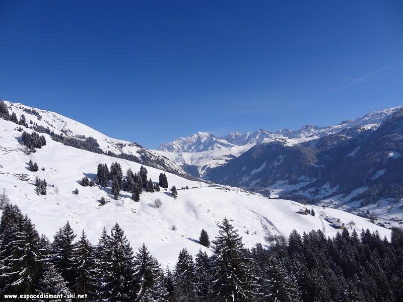 A droite : vue sur la Vallée d'Hauteluce, le Col du Joly et le Mont Blanc