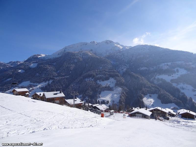 Le début de la ligne avec le haut du village d'Hauteluce et la Montagne d'Outray
