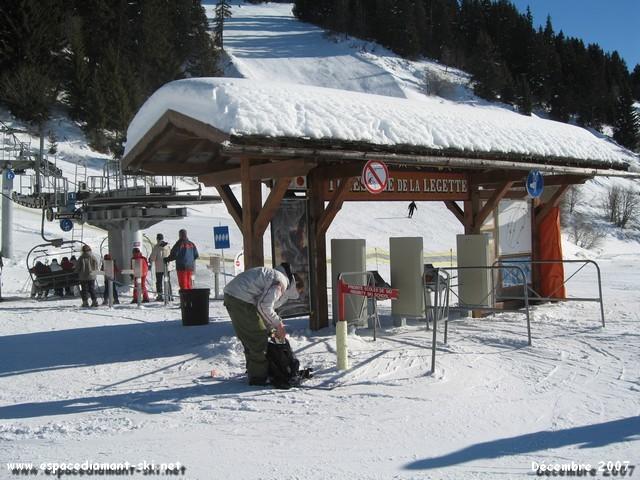 La gare aval avec le portique d'entrée