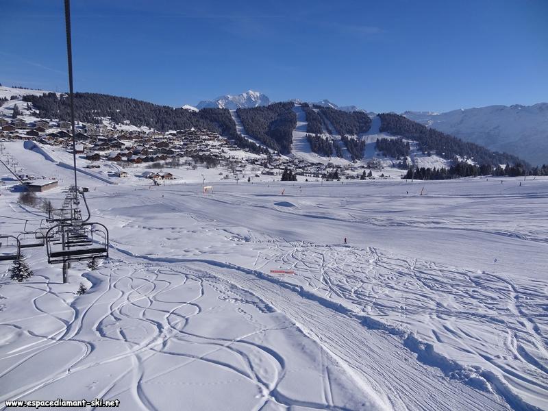Regard en arrière et vue sur la station des Saisies et le Mont-Blanc