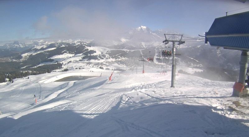 Des skieurs, parmi les premiers de la saison, sur le Télésiège de Bisanne