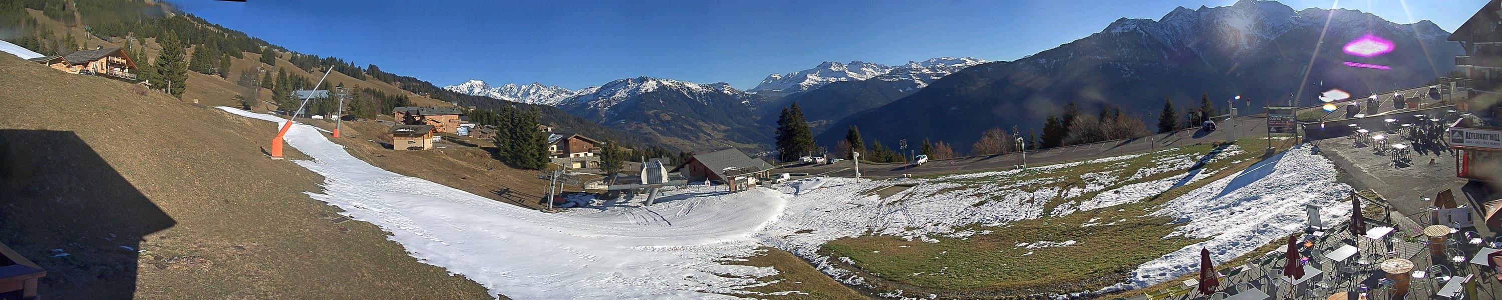 L'accès skis aux pieds à Bisanne 1500 sera possible, sur une mince bande de neige artificielle...