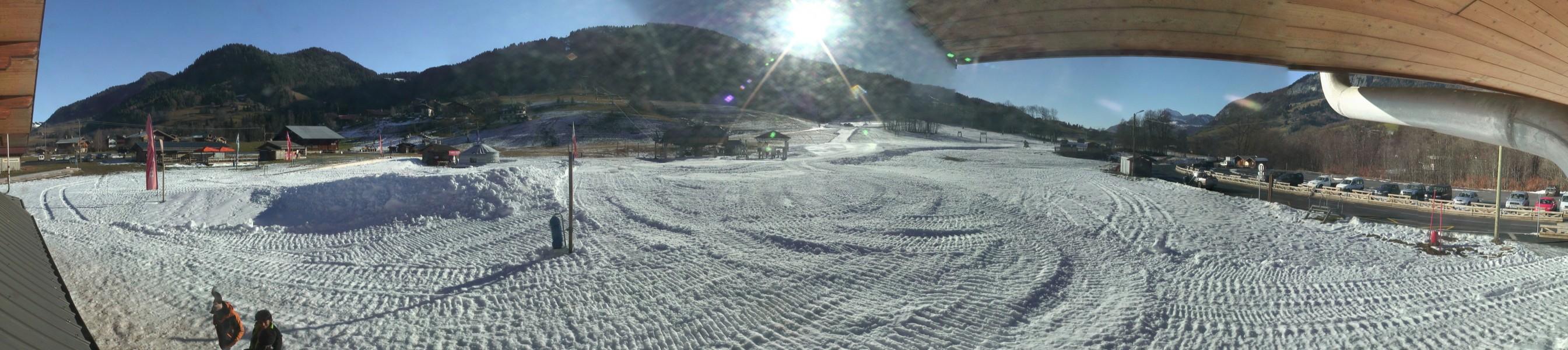 Retour skis aux pieds à Praz sur Arly possible grâce à la rouge des Chars enneigée artificiellement