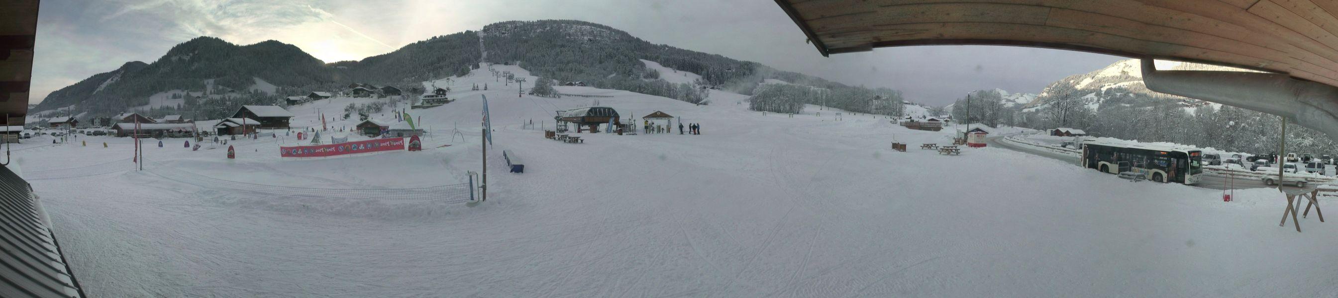 On relève 80 cm de neige sur le front de neige des Varins à Praz sur Arly, où les enneigeurs crachent également