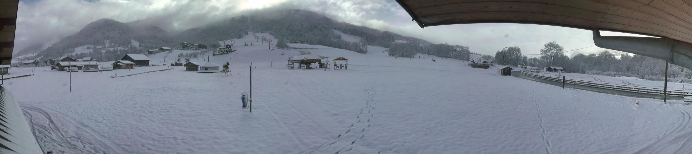 La neige est descendue jusqu'au front de neige des Varins à Praz sur Arly, à 1000 mètres