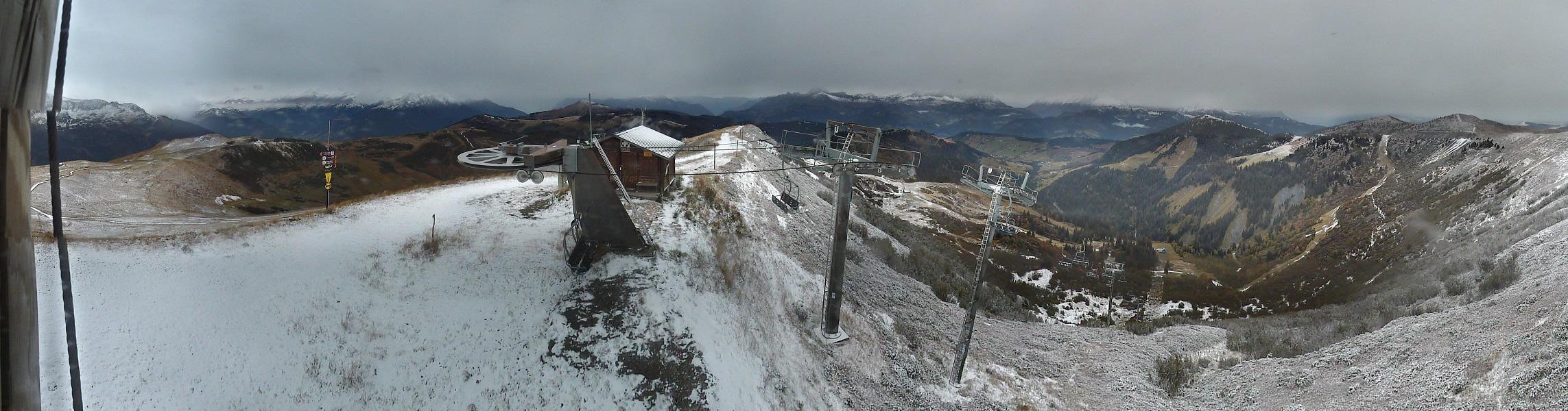 Pellicule blanche sur le massif du Vorès, point culminant de l'Espace Diamant