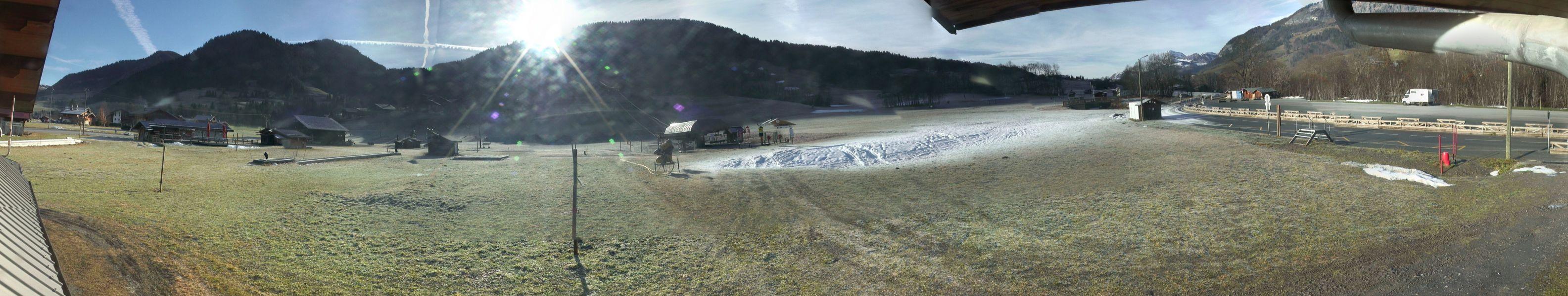 Le front de neige des Varins à Praz sur Arly, où seuls subsistent quelques tas de neige artificielle