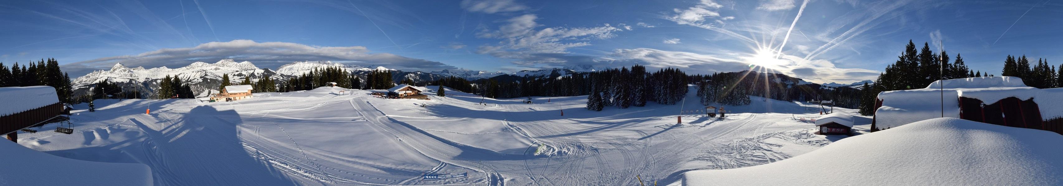 400 mètres plus haut, au sommet du Lachat, également prêt à recevoir les skieurs