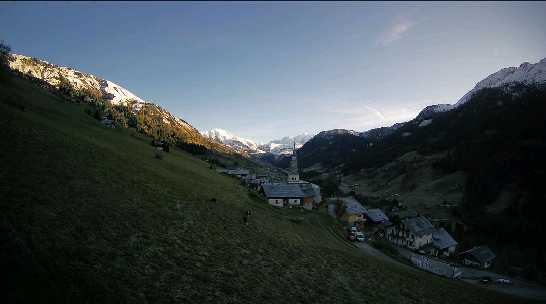 Le soleil se lève sur la vallée d'Hauteluce, dominée par des sommets enneigés