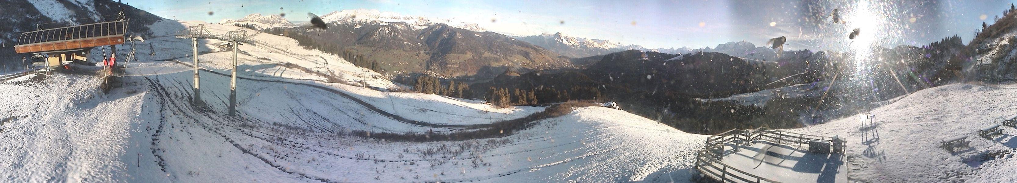 700 mètres de dénivelée plus haut, une mince pellicule blanche recouvre les pentes du Crêt du Midi