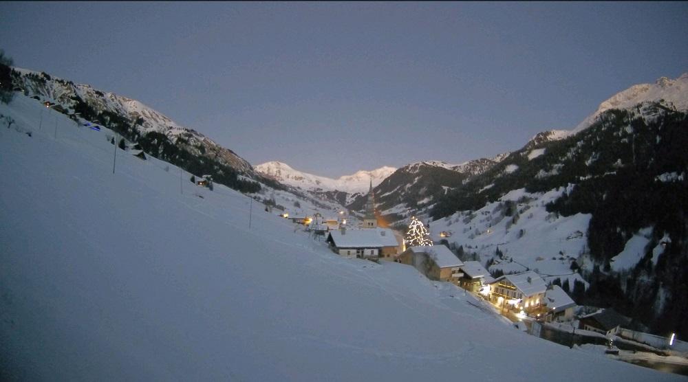 Le soleil se couche sur le village illuminé d'Hauteluce