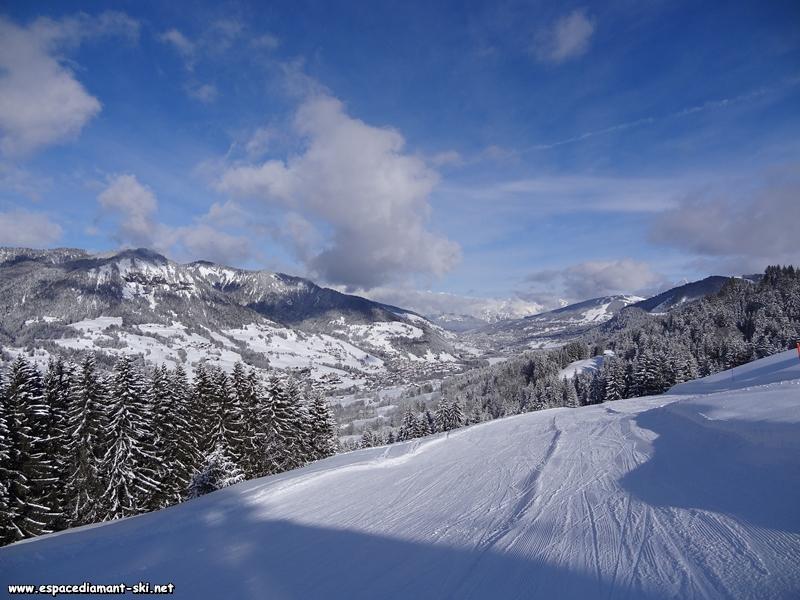 Le Val d'Arly, avec Praz sur Arly et Megève au loin