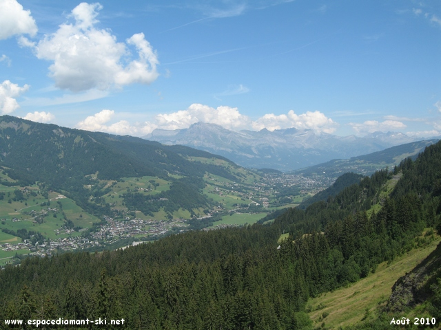 Le Val d'Arly et Megève, dominé par l'Aiguille de Varan, sur notre gauche
