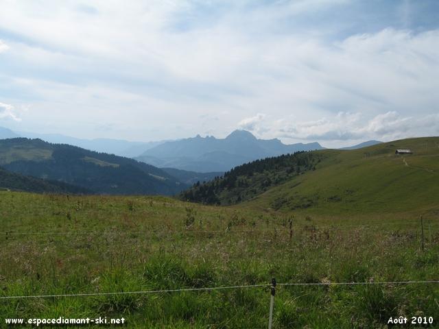 Le Mont Charvin et les Trois Sorcières depuis les pentes du Mont Clocher