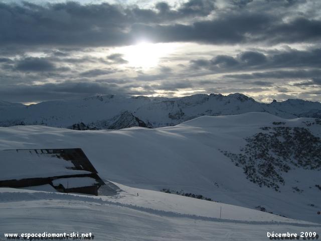 Un vieux chalet d'alpage avec le Mt Clocher et la Pierra Menta en toile de fond