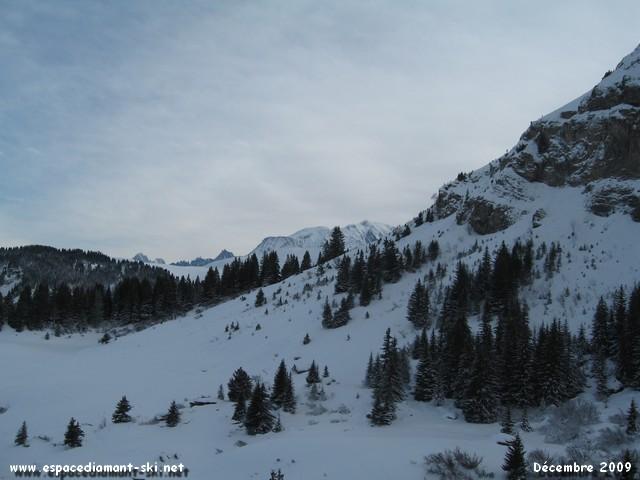 Le Mont Blanc et l'Aiguille du Midi dépassant à peine des montagnes Mégevannes