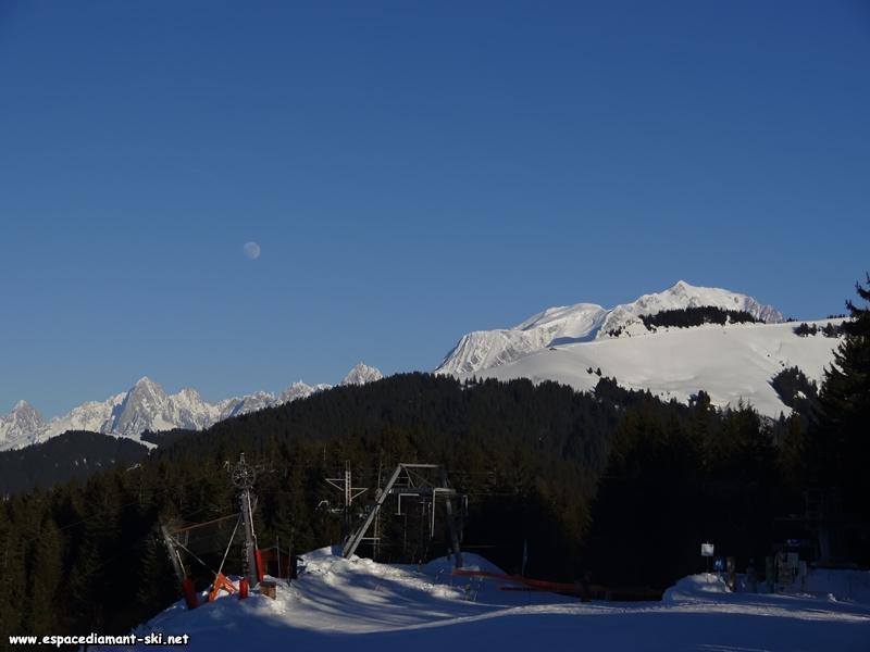 Vue sur les Aiguilles de Chamonix et le Mont Blanc depuis le sommet