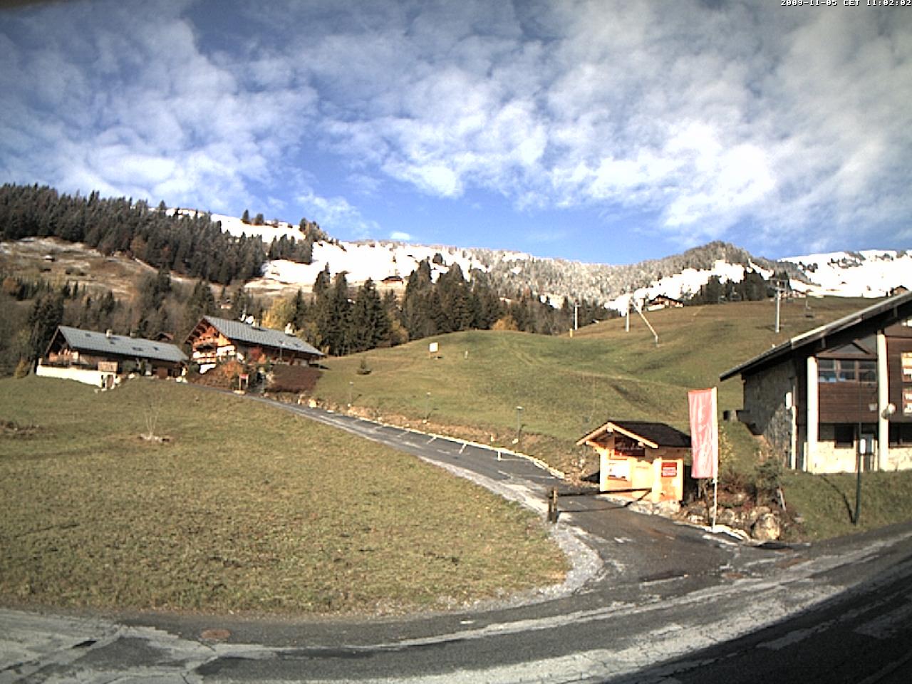 Beau contraste entre les pentes blanches de la Légette et du Mont Clocher et le village Hautelucien encore vert