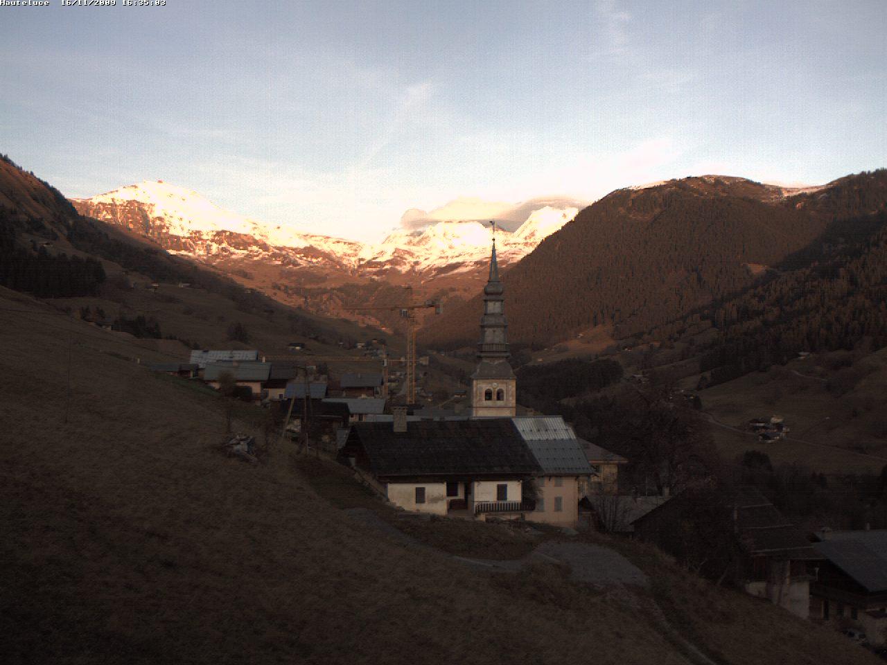 La neige est partie, mais les couchers de soleil sur la Vallée d'Hauteluce restent superbes !