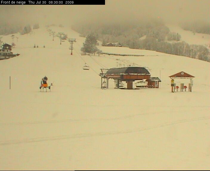 A 1000m, le front de neige des Varins à Praz sur Arly est également recouvert d'une pellicule blanche