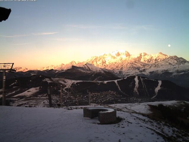 La Lune se lève sur le prestigieux massif du Mont Blanc...