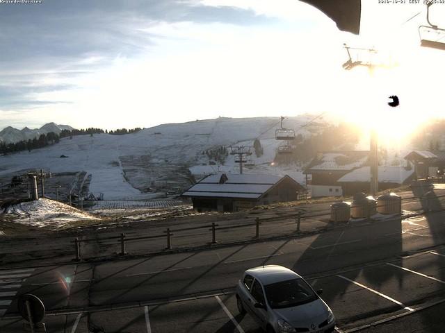 ...tandis que le soleil se couche derrière le Mont Bisanne