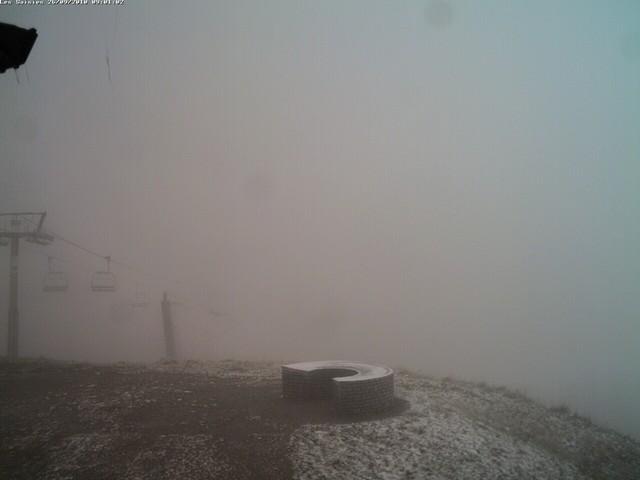 Quelques traces blanches au sommet de Bisanne, dans un brouillard à couper au couteau