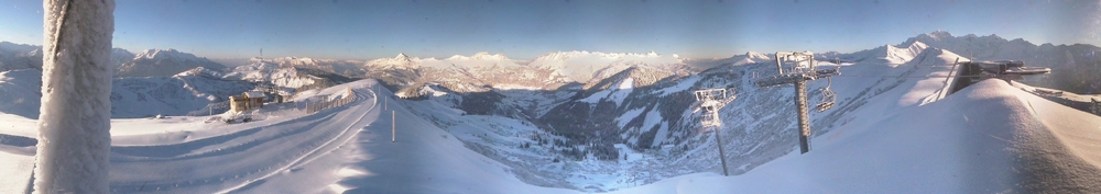 Panorama enneigé depuis le sommet du Crêt du Vorès, point culminant du domaine