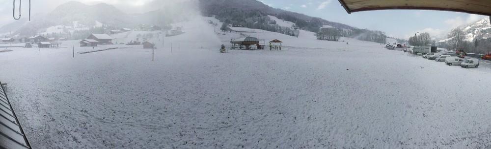 Les enneigeurs monofluides, installés récemment, crachent depuis peu sur le front de neige des Varins