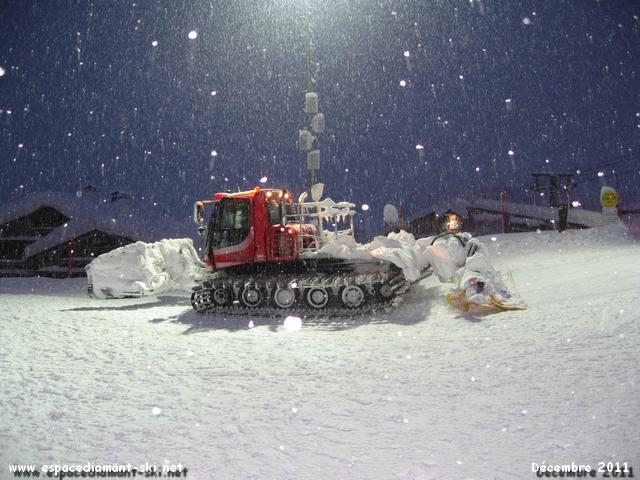 Une dameuse sous la neige