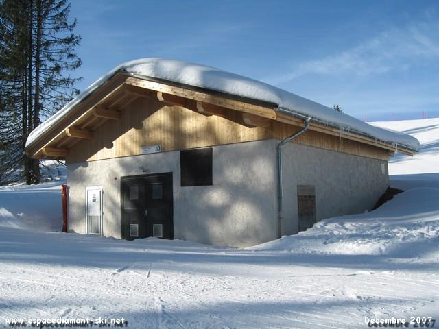 L'usine à neige du Lachat construite en 2006 avec la retenue du même nom