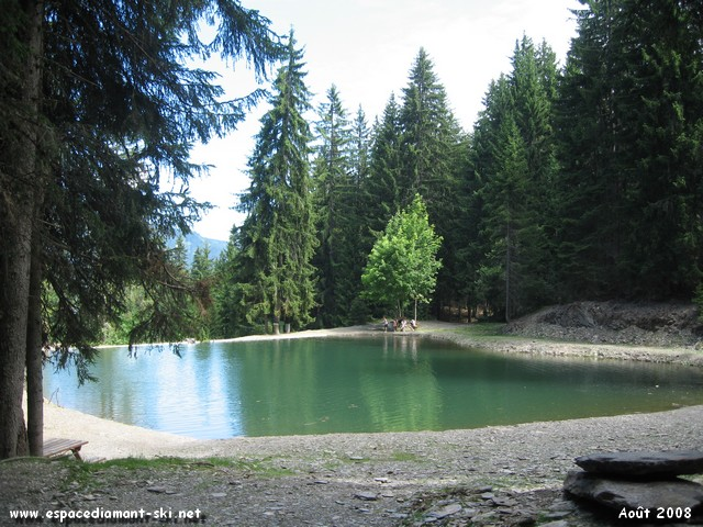 Le lac artificiel des Evettes, actuelle réserve d'eau pour les enneigeurs Flumerans