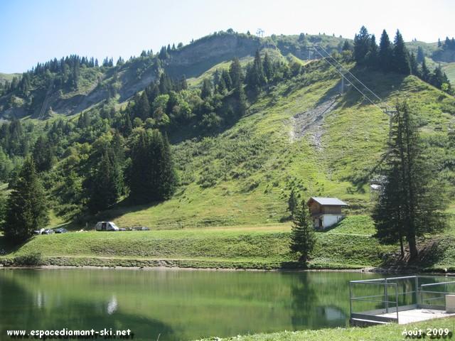 Le lac artificiel de Plan Dessert, actuelle réserve d'eau pour les enneigeurs Bellecombais