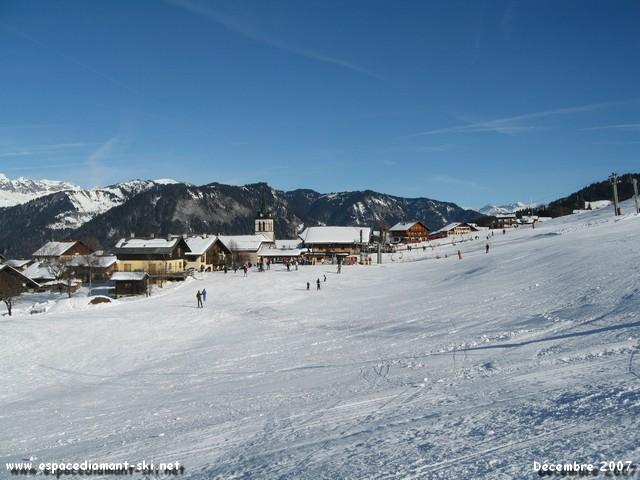 La station et l'église vue du front de neige