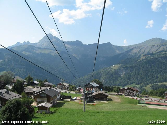 La station avec le Mont Charvin en arri�re plan...
