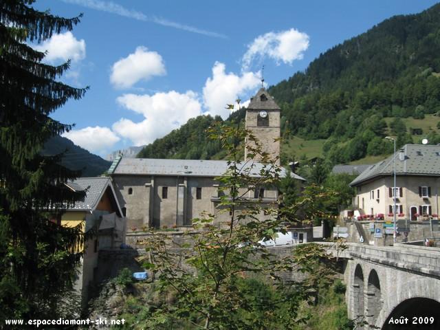 L'église avec son clocher datant du XIIe siècle