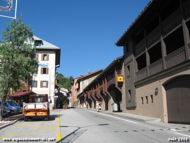 La route principale traversant le village : D1212