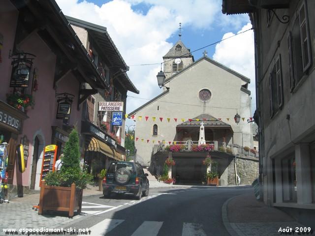 Passage devant l'église Saint Théodule