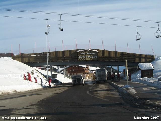 La passerelle skieurs des Challiers : porte d'entrée du village