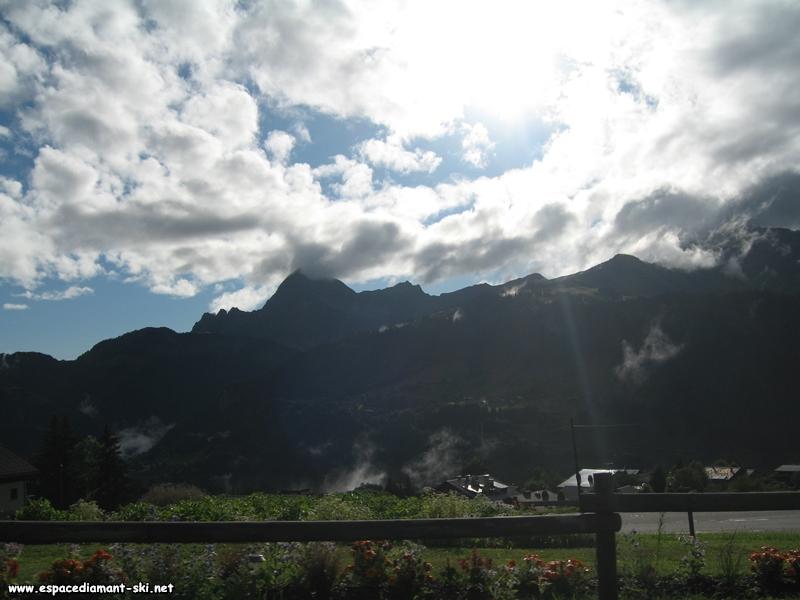 La Chaîne des Aravis et le Mont Charvin dominant la station