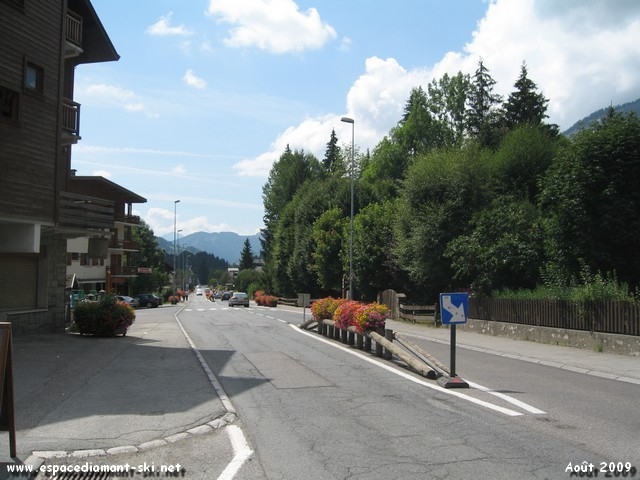 La D1212 traversant le village