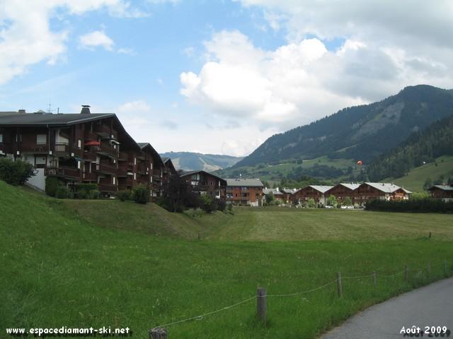 Quelques chalets avec au loin les pentes de Rochebrune et du Mt d'Arbois sur Megève